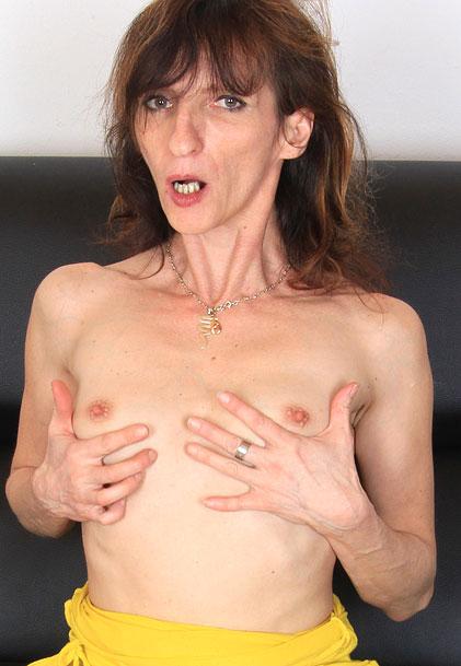 watch amateur mom Andula masturbation and pussy spreading