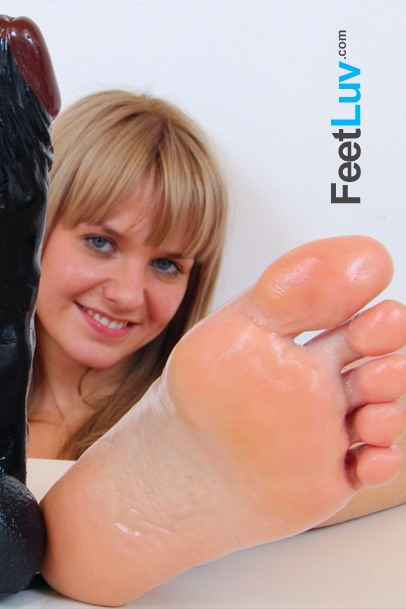 hot babes bare feet fetish