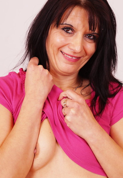 watch amateur mom Gracia masturbation and pussy spreading