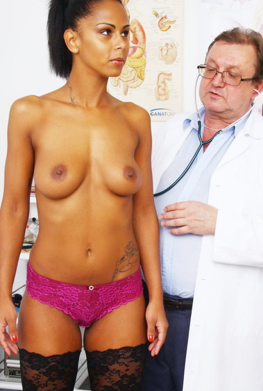 Aged woman Isabella Chrystin old pussy examination