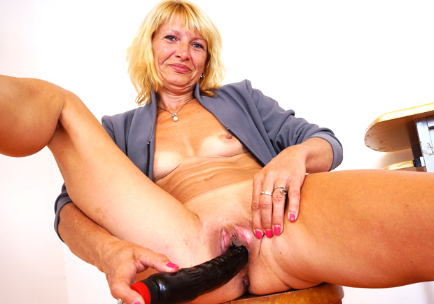 watch amateur mom Ivona masturbation and pussy spreading