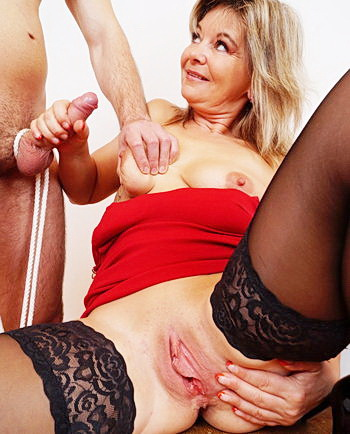 watch amateur mom Jane masturbation and pussy spreading