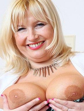 Elder amateur mom Jarmila 45 years old in mature HD porn video