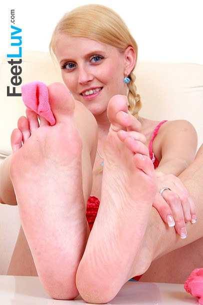 hot babes bare feet fetish