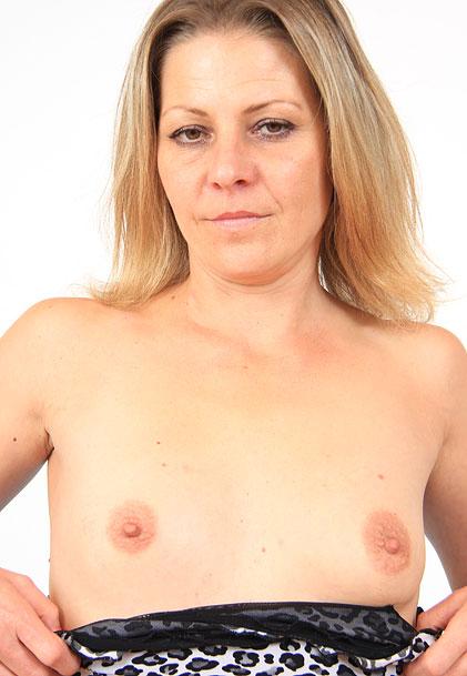 watch amateur mom Liba masturbation and pussy spreading