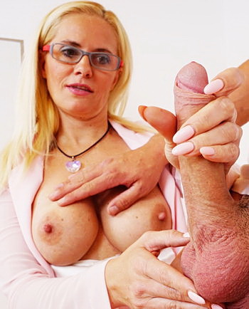 watch amateur mom Lili masturbation and pussy spreading