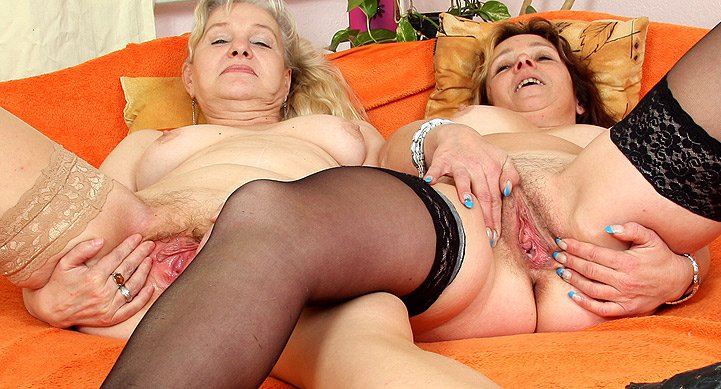 watch amateur moms Miroslava and Regina in lesbian action HD