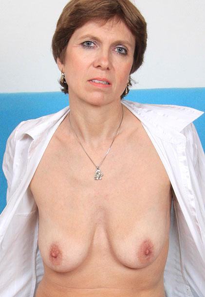 watch amateur mom Oslava masturbation and pussy spreading