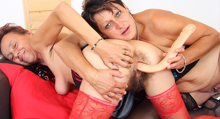 watch amateur moms Saskia and Stazina in lesbian action HD
