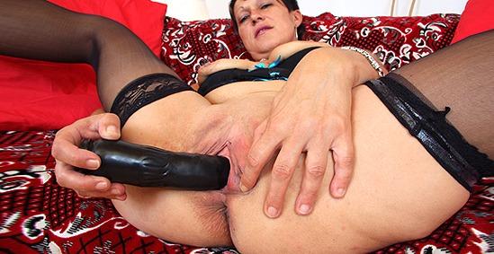 Mature cougar masturbating