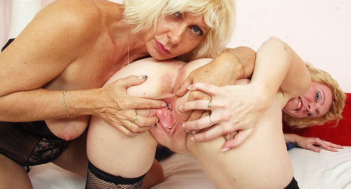 Free videos of milfs using dildos